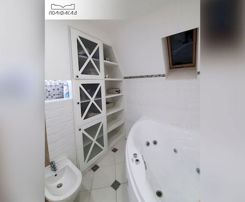 Шкафчик для ванной комнаты с мебельными фасадами из массива дерева от Полифасад